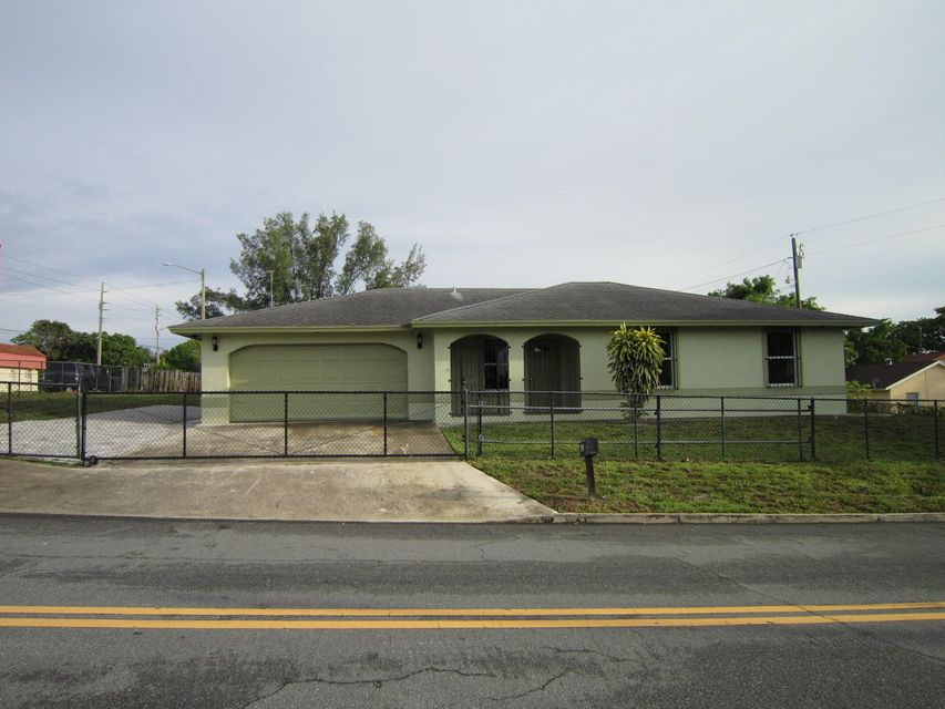 Great property located close to all amenities, major roadways and support facilities. Fenced in yard.