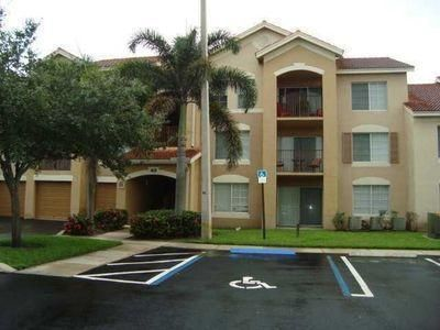 Nice condo unit in a resort style condo community. Development offers gated security, community pool, clubhouse and tennis courts. Emerald Isle at Laguna Lakes condo community is close to all amenities, support facilities and major roadways.