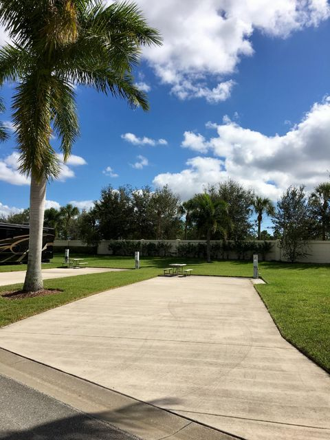 Additional photo for property listing at 166 NW Hazard Way 166 NW Hazard Way Port St. Lucie, Florida 34986 États-Unis