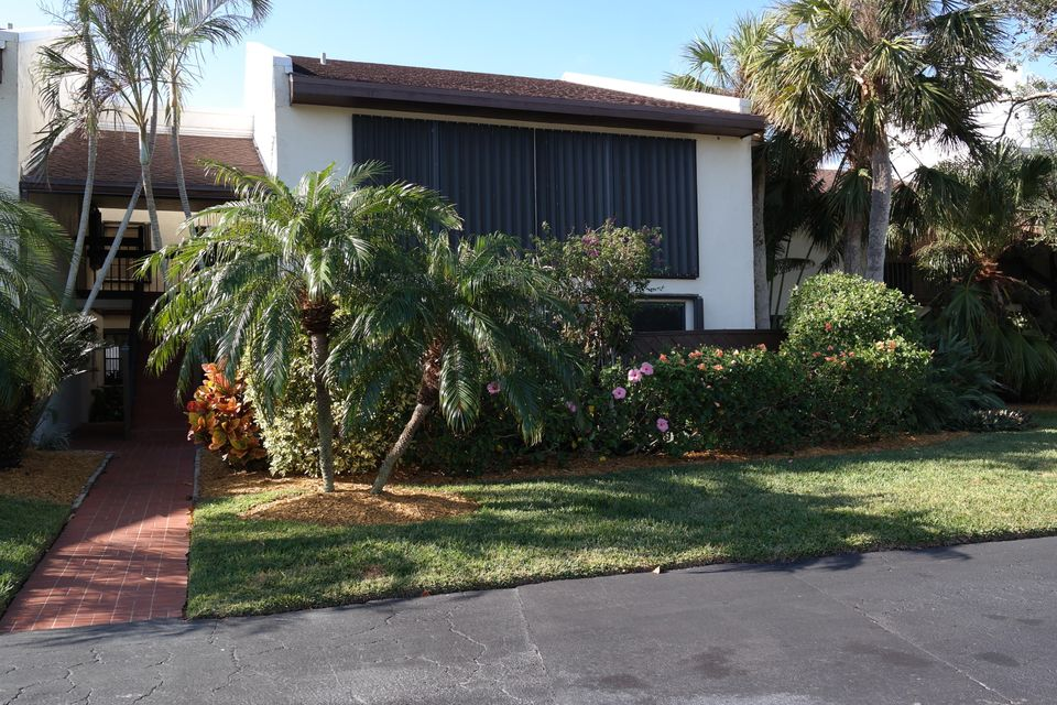 3225 S Lakeview Circle is listed as MLS Listing RX-10297643 with 23 pictures