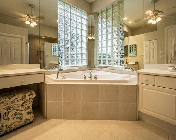 10630 Piazza Fontana Master Bath tub