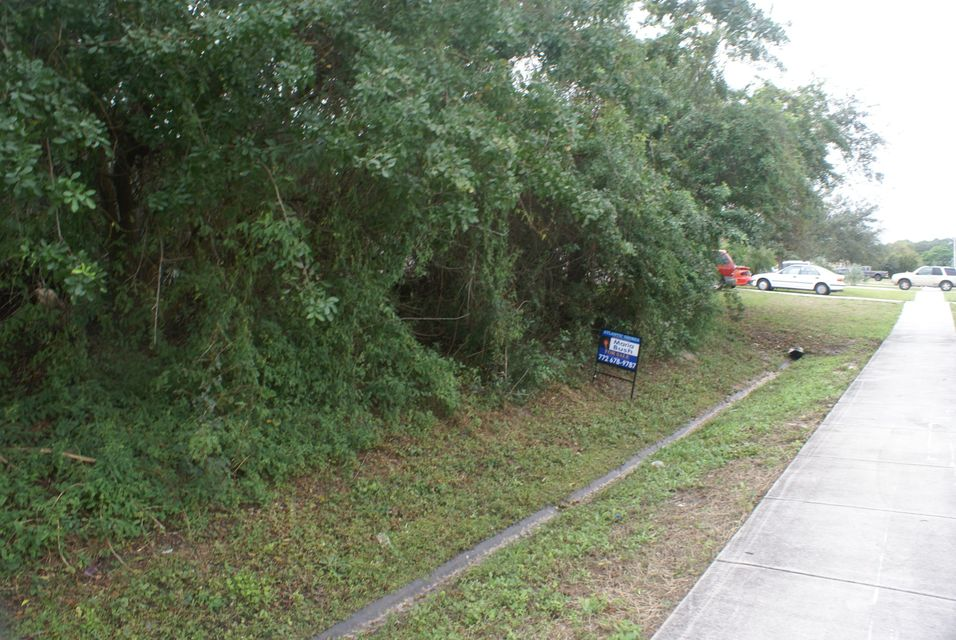 Additional photo for property listing at 826 SW Tulip 826 SW Tulip Port St. Lucie, Florida 34953 États-Unis