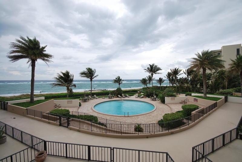 Co-op / Condo للـ Sale في 6885 N Ocean Boulevard 6885 N Ocean Boulevard Ocean Ridge, Florida 33435 United States