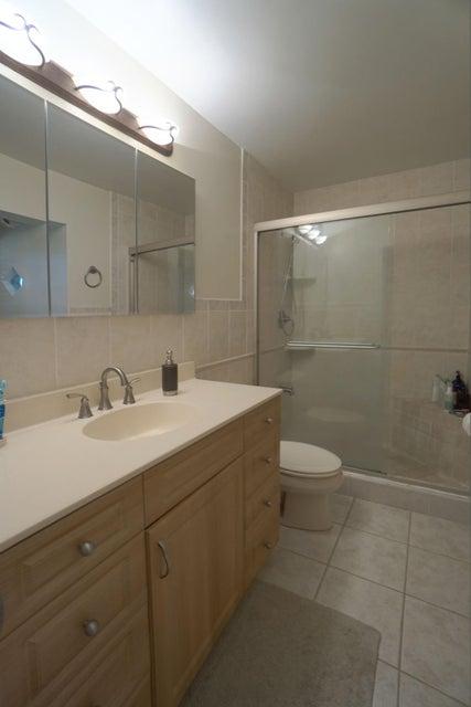 701 Sunshine Dr Master Bathroom_web