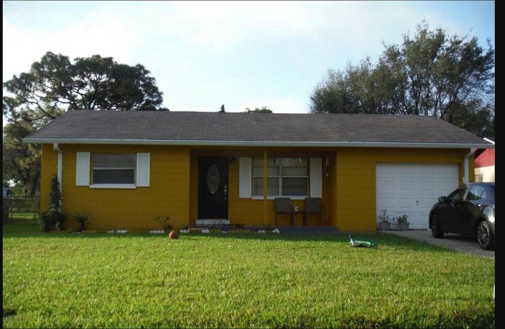 واحد منزل الأسرة للـ Sale في 1025 Martinique Avenue 1025 Martinique Avenue Fort Pierce, Florida 34982 United States
