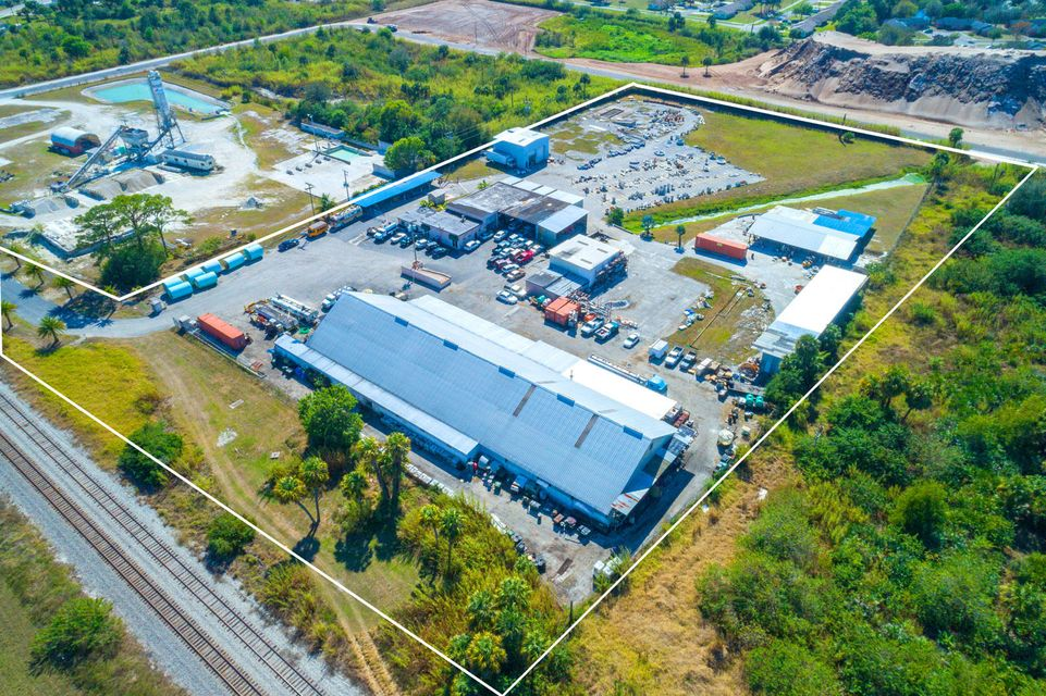 Commercial / Industrial للـ Sale في 17250 SW Railroad Avenue 17250 SW Railroad Avenue Indiantown, Florida 34956 United States
