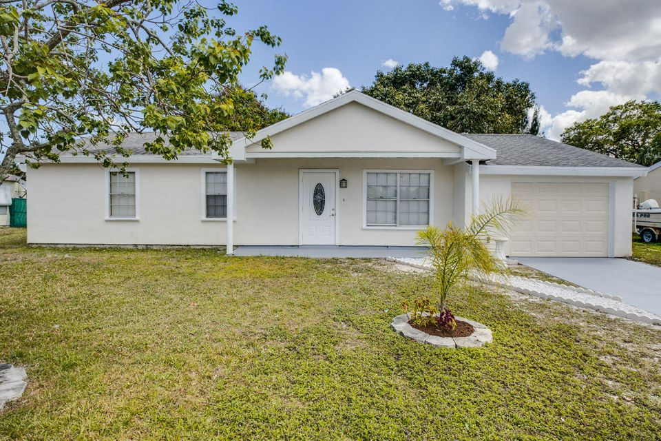 2077 SE Hideaway Circle is listed as MLS Listing RX-10318490 with 21 pictures