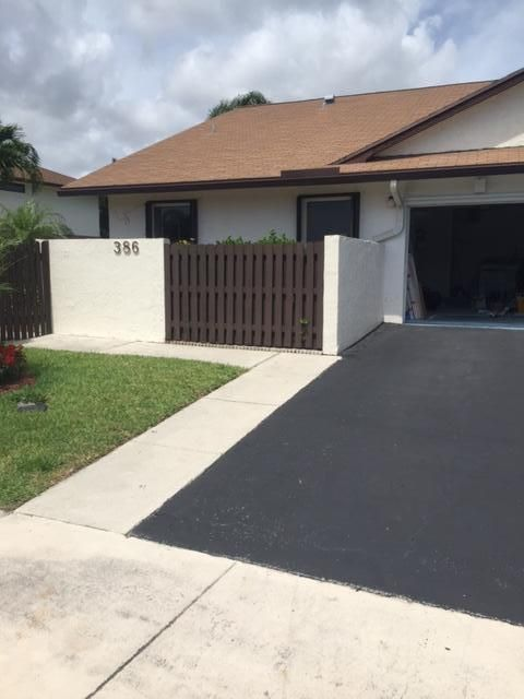beautiful open spaced 2/2 villa on a lake directly across from community pool, tennis and gym.  clean and renovated. minutes from downtown delray and conveniently located close to shopping and I-95