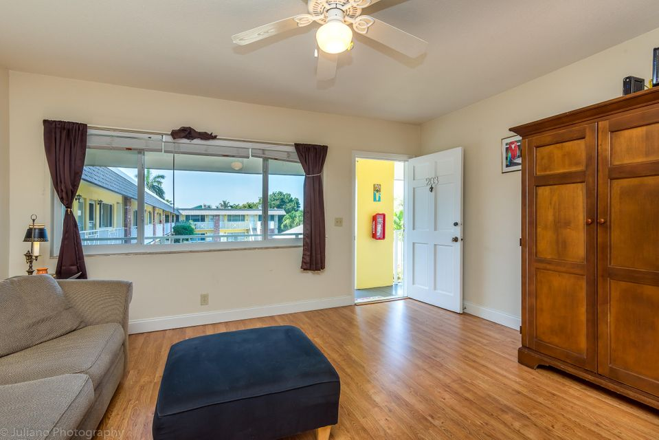Additional photo for property listing at 1001 NE 8th Avenue 1001 NE 8th Avenue Delray Beach, Florida 33483 Estados Unidos