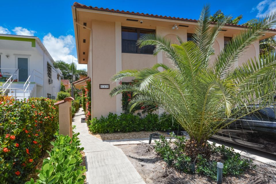 Co-op / Condominio por un Venta en 117 N Lakeside Drive 117 N Lakeside Drive Lake Worth, Florida 33460 Estados Unidos