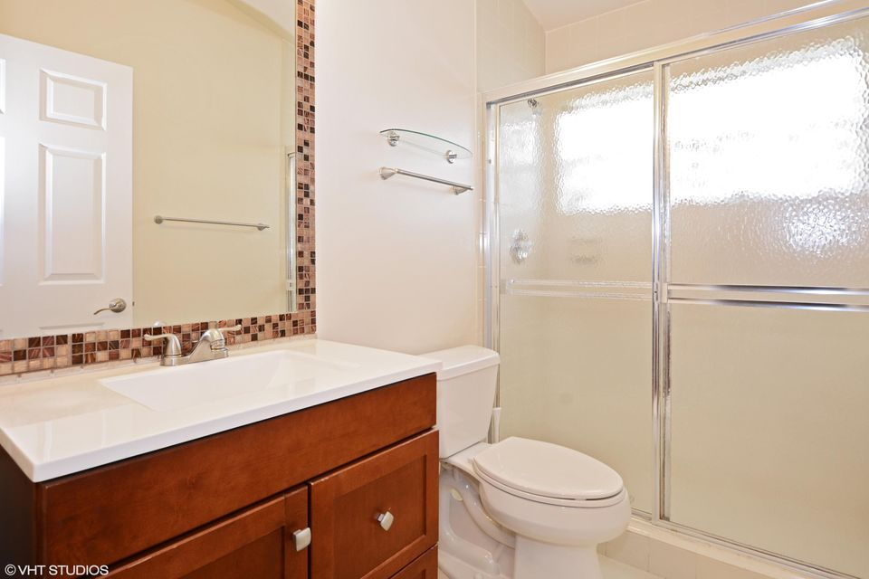 12_6299wINDLASSCir_8_Bathroom_HiRes