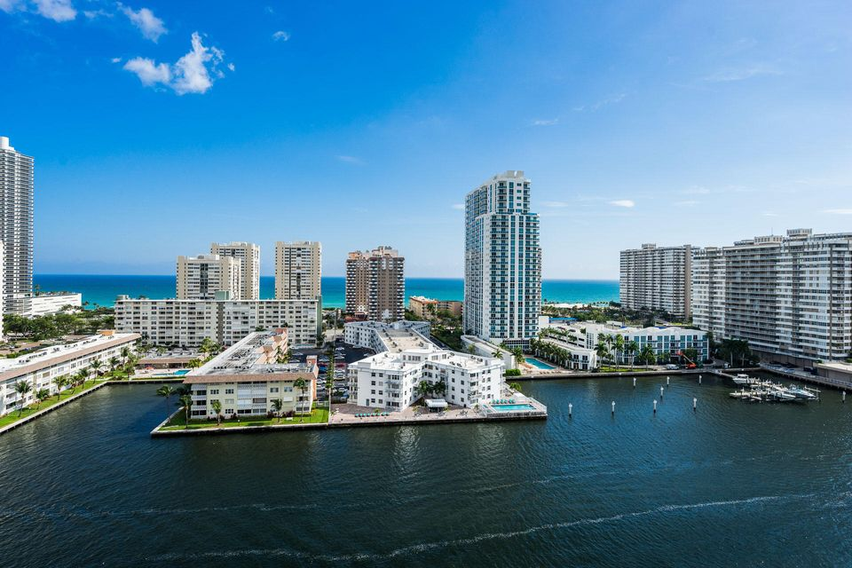 Co-op / Condominio por un Venta en 121 Golden Isles Drive Hallandale Beach, Florida 33009 Estados Unidos