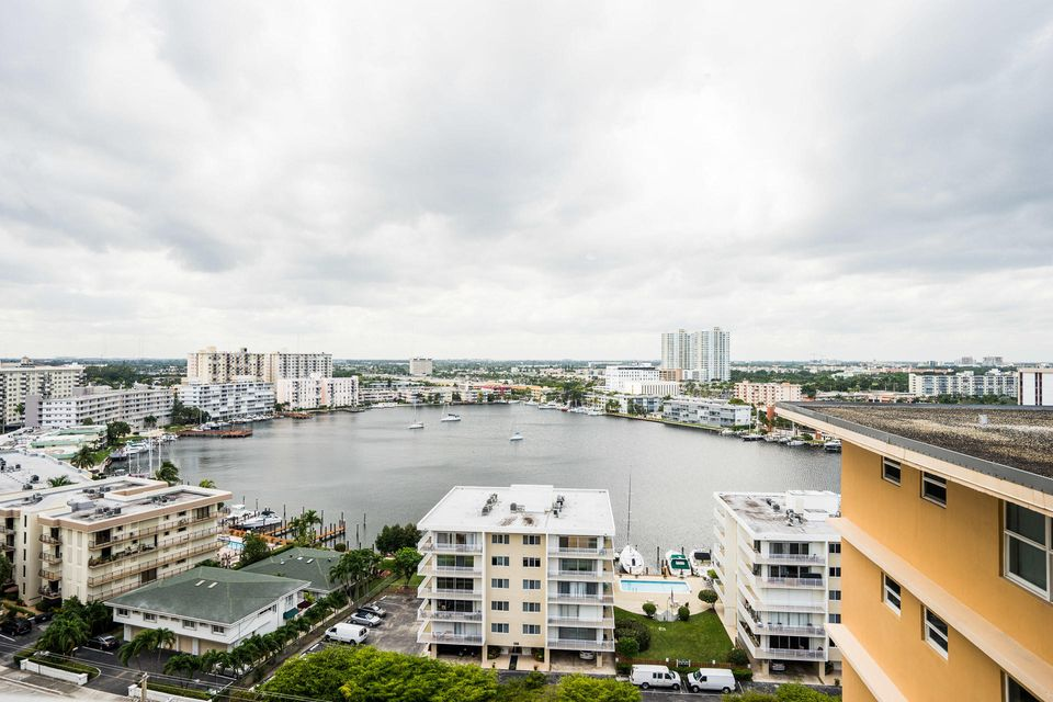 Additional photo for property listing at 121 Golden Isles Drive 121 Golden Isles Drive 哈兰代尔海滩, 佛罗里达州 33009 美国