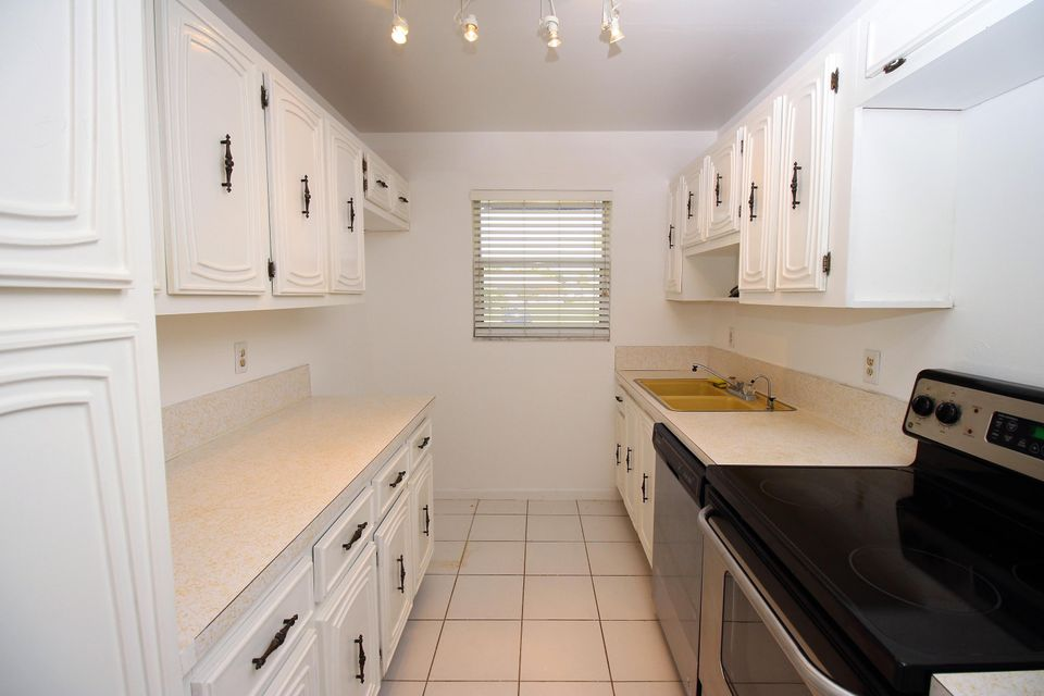 Additional photo for property listing at 1047 Circle Terrace E 1047 Circle Terrace E Delray Beach, Florida 33445 United States