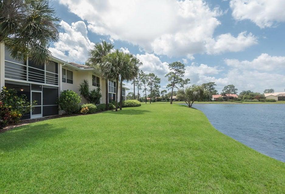 Co-op / Condominio por un Venta en 4660 SW Parkgate Boulevard 4660 SW Parkgate Boulevard Palm City, Florida 34990 Estados Unidos