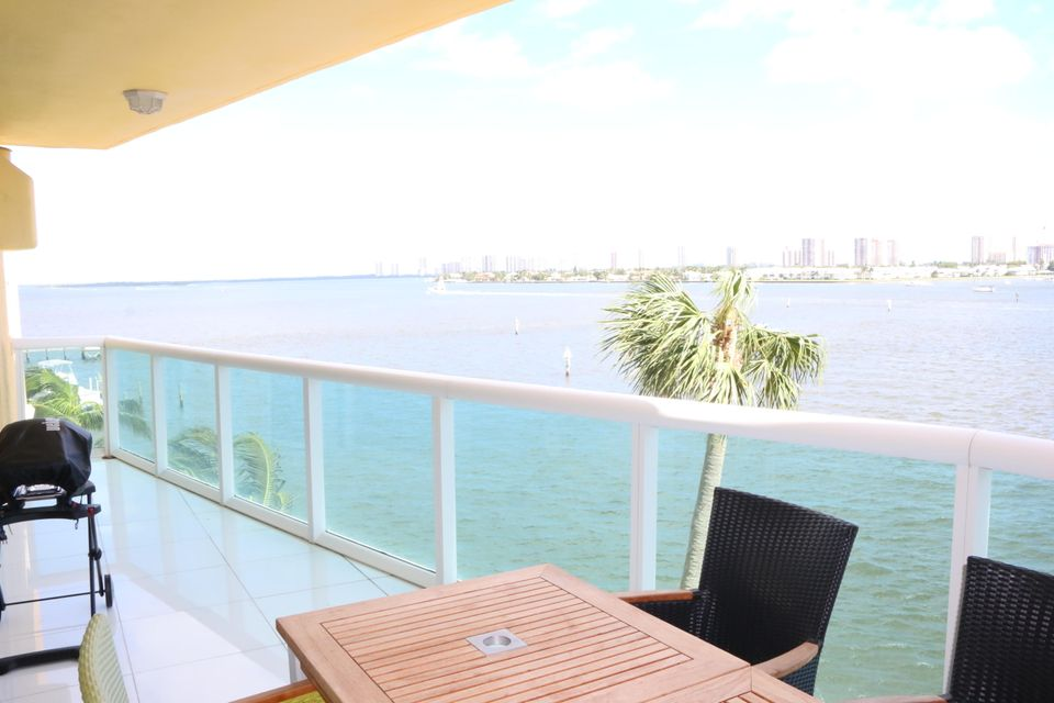 Additional photo for property listing at 2640 Lake Shore Drive 2640 Lake Shore Drive Riviera Beach, Florida 33404 United States