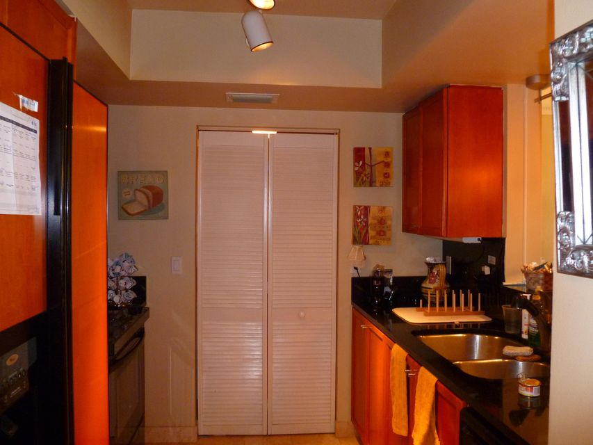 Additional photo for property listing at 99 SE Mizner Boulevard 99 SE Mizner Boulevard Boca Raton, Florida 33432 États-Unis