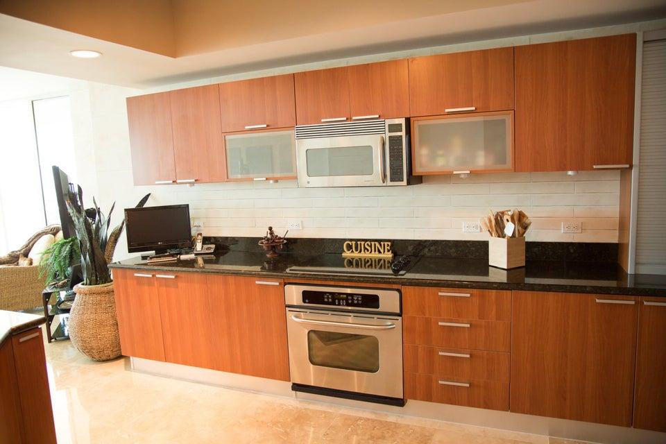 Additional photo for property listing at 2650 Lake Shore Drive 2650 Lake Shore Drive Riviera Beach, Florida 33404 Estados Unidos