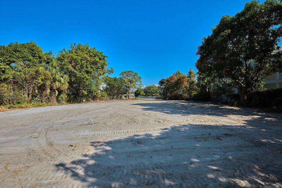Additional photo for property listing at 370 W Riverside Drive  Tequesta, Florida 33469 États-Unis