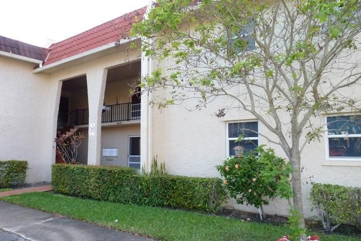 Co-op / Condominio por un Venta en 445 Lake Frances Drive West Palm Beach, Florida 33411 Estados Unidos