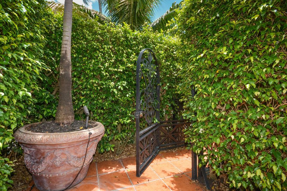 Additional photo for property listing at 225 E Everglade Avenue 225 E Everglade Avenue Palm Beach, Florida 33480 États-Unis