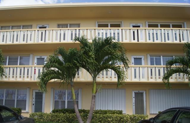 210 Wellington E, West Palm Beach, FL 33417