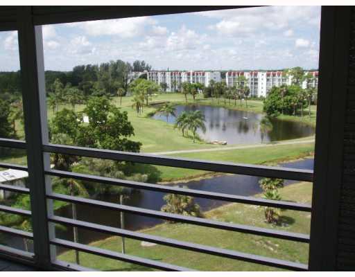 合作社 / 公寓 为 销售 在 3465 Via Poinciana Lake Worth, 佛罗里达州 33467 美国