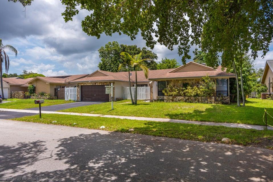 واحد منزل الأسرة للـ Sale في 8221 NW 51st Court Lauderhill, Florida 33351 United States