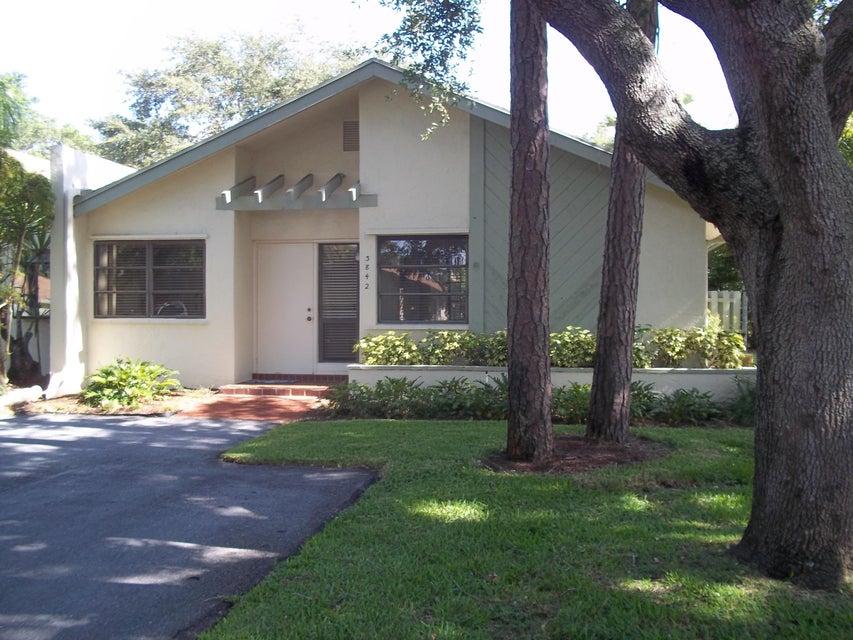 别墅 为 销售 在 3842 Arelia Drive N 德尔雷比奇海滩, 佛罗里达州 33445 美国