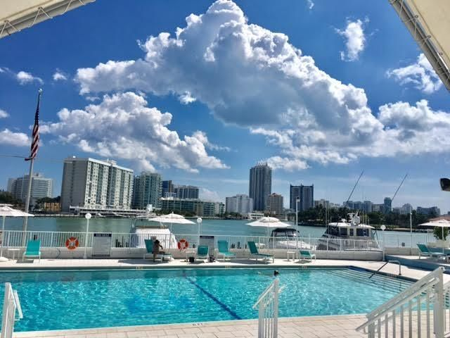 Co-op / Condominio por un Venta en 900 Bay Drive Miami Beach, Florida 33141 Estados Unidos