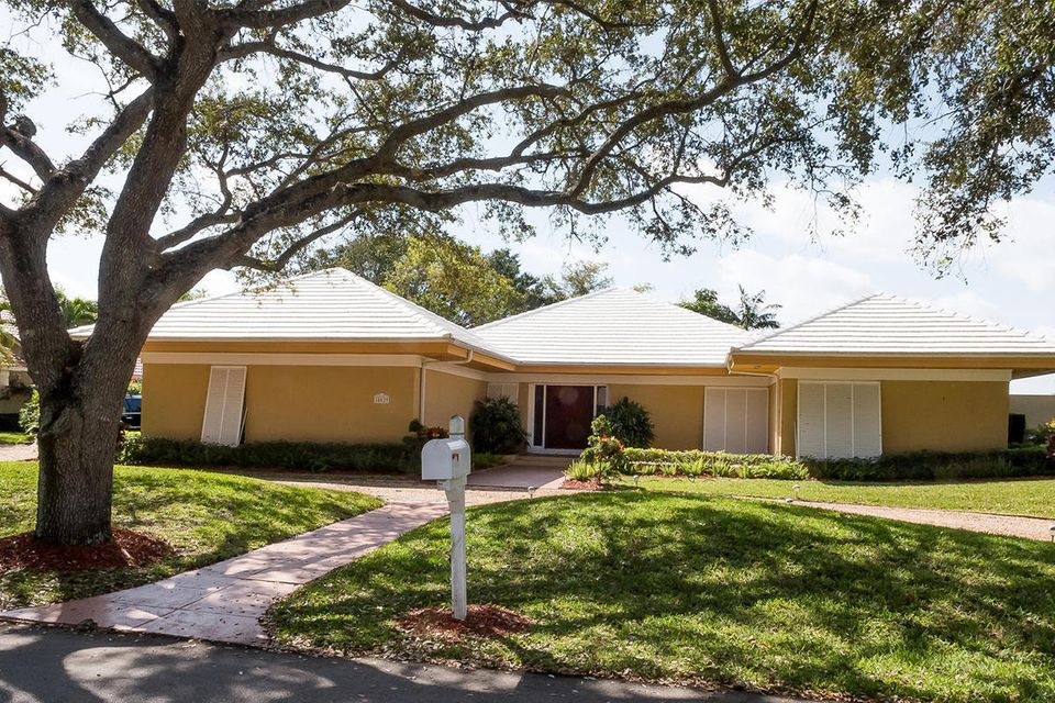 Beautiful CBS pool lakefront home in the neighborhood of Heritage Oaks.  Great room concept with doors out to the spacious patio. Circular driveway add to the ambiance when you pull into the home. Stainless steel appliances and home has been well maintained.