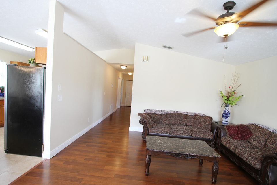 Additional photo for property listing at 820 SE 15th Street 820 SE 15th Street Stuart, Florida 34994 United States