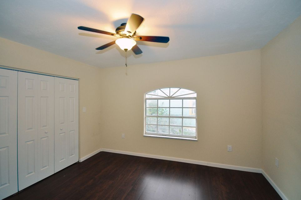 Additional photo for property listing at 323 S M Street 323 S M Street Lake Worth, Florida 33460 États-Unis