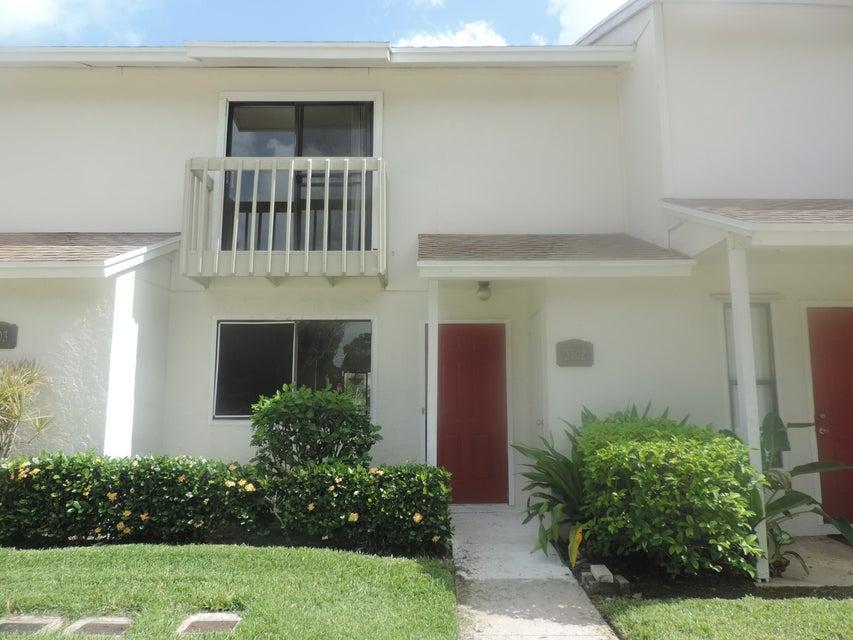 Co-op / Condominio por un Venta en 3302 Poolside Drive Lake Worth, Florida 33463 Estados Unidos
