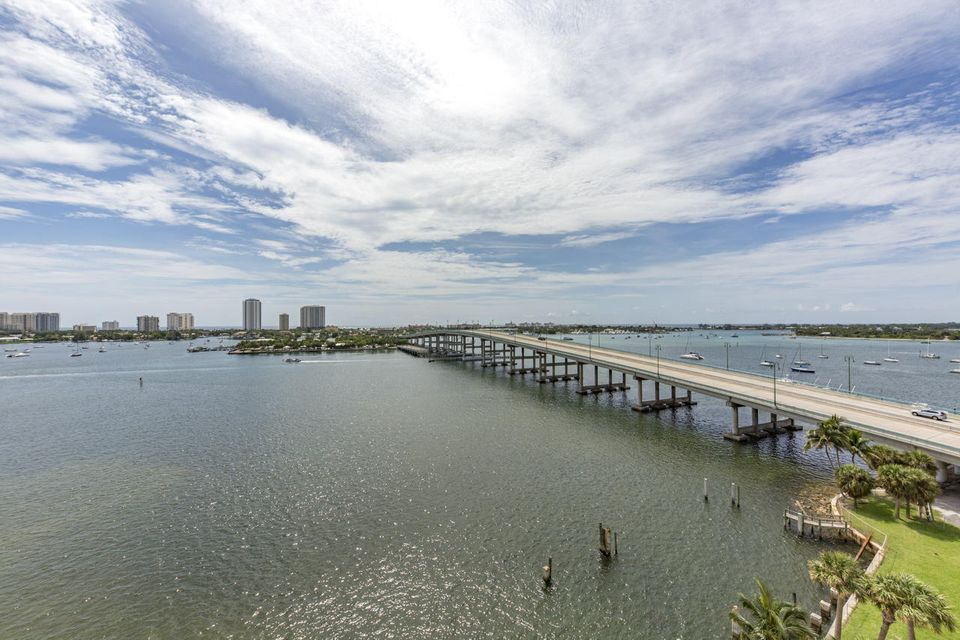 Additional photo for property listing at 2640 Lake Shore Drive 2640 Lake Shore Drive Riviera Beach, 佛罗里达州 33404 美国