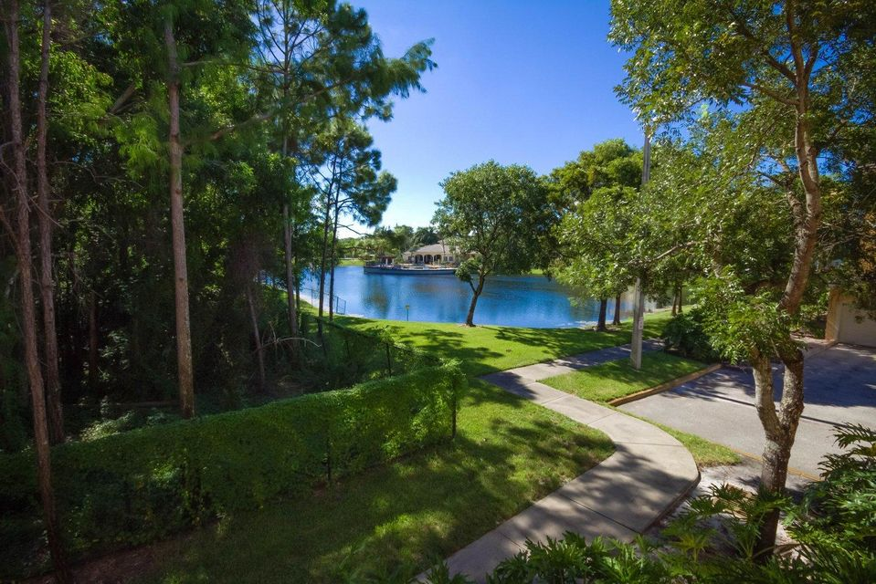 Additional photo for property listing at 1000 Crestwood Court 1000 Crestwood Court Royal Palm Beach, Florida 33411 Estados Unidos