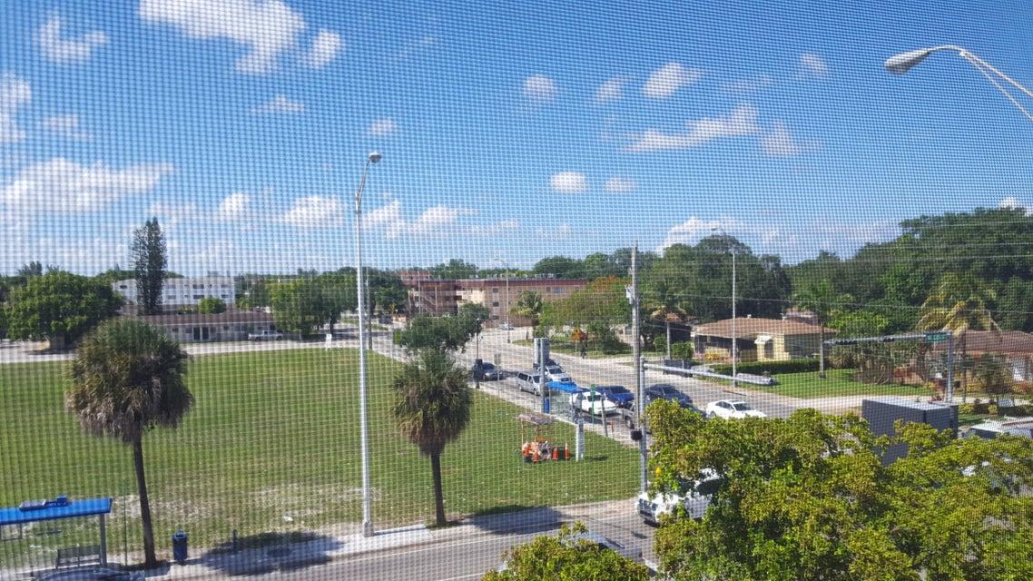 Konsum / Eigentumswohnung für Verkauf beim 13480 NE 6 Avenue North Miami, Florida 33161 Vereinigte Staaten