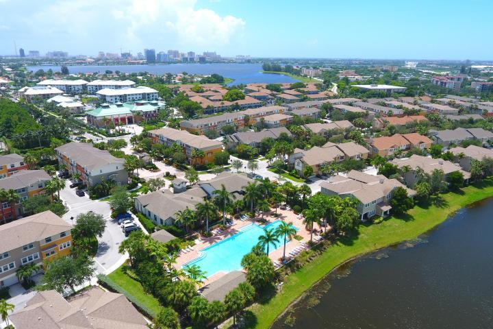 联栋屋 为 出租 在 590 Amador Lane 590 Amador Lane 西棕榈滩, 佛罗里达州 33401 美国
