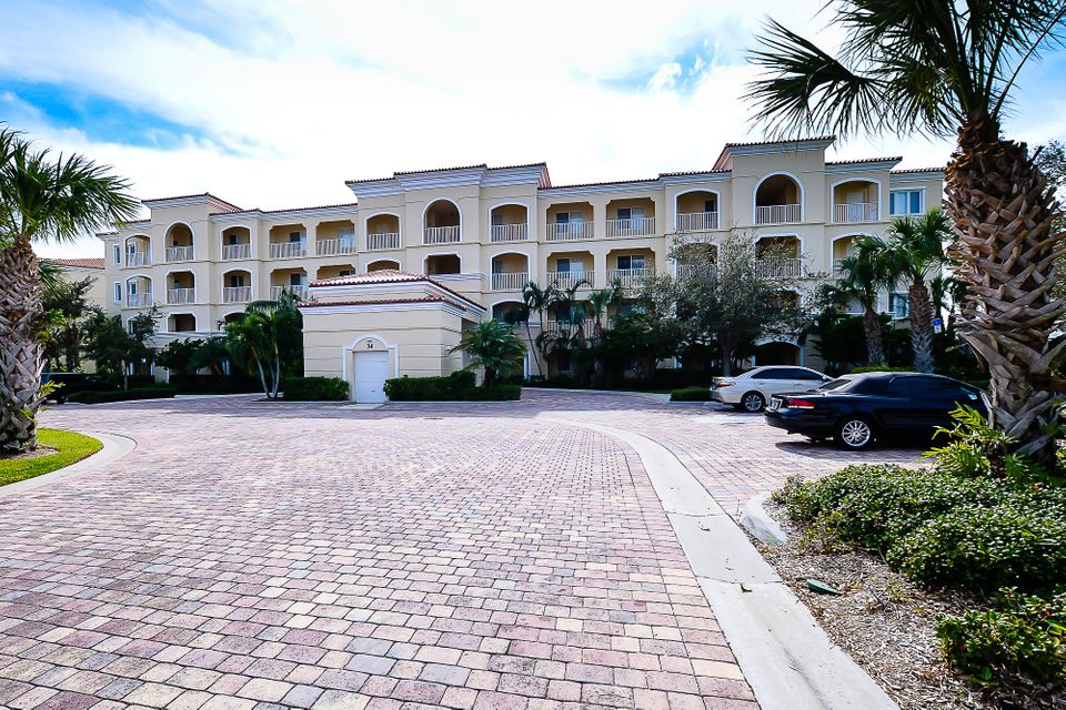 Co-op / Condominio por un Venta en 8 Harbour Isle Drive E 8 Harbour Isle Drive E Fort Pierce, Florida 34949 Estados Unidos