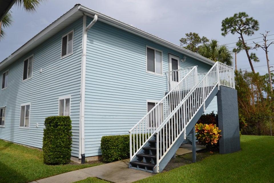合作社 / 公寓 为 销售 在 232 SE Village Drive 232 SE Village Drive 圣露西港, 佛罗里达州 34952 美国