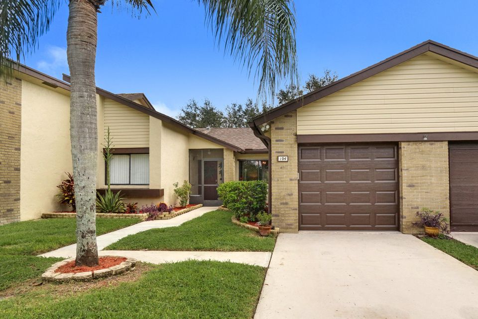 Villa für Verkauf beim 104 Village Walk Drive 104 Village Walk Drive Royal Palm Beach, Florida 33411 Vereinigte Staaten