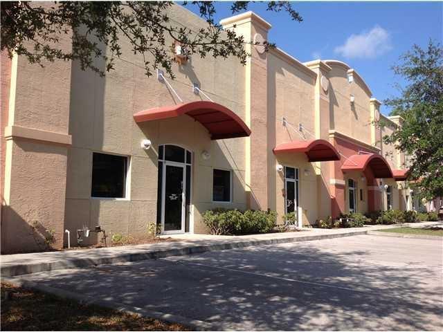 Comercial / Industrial por un Alquiler en 829 S Kings Highway 829 S Kings Highway Fort Pierce, Florida 34945 Estados Unidos