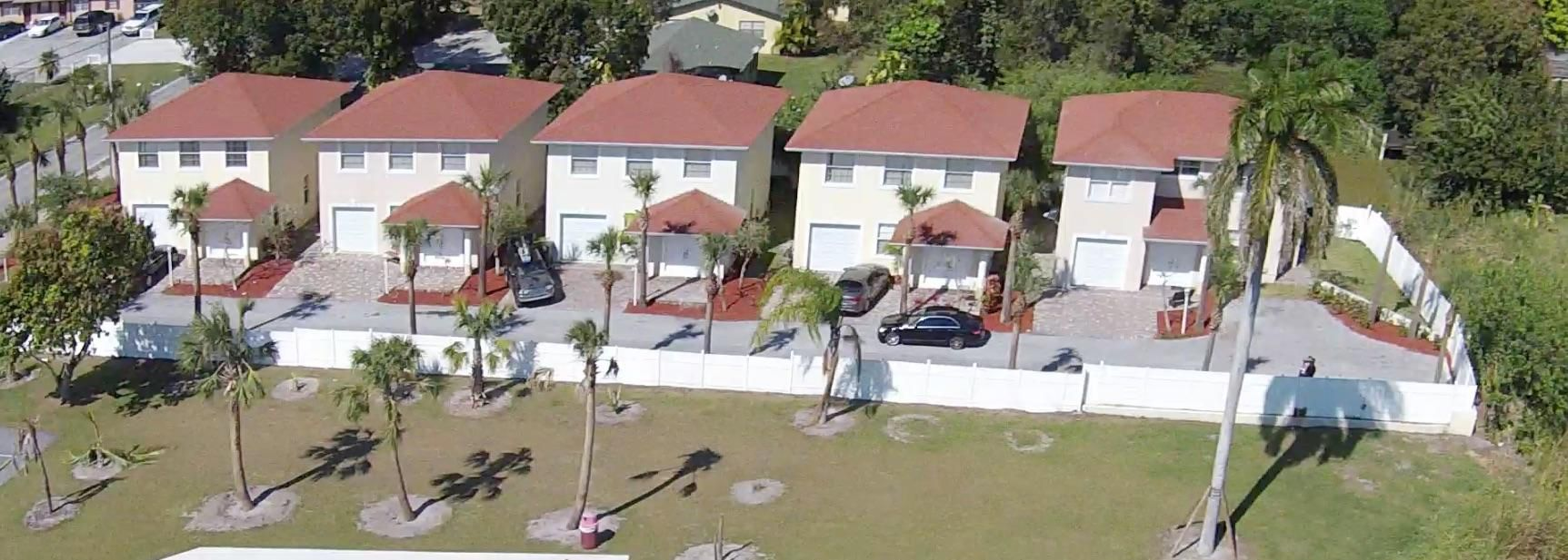 Quadraplex 为 销售 在 3686 Davis Road 3686 Davis Road Lake Worth, 佛罗里达州 33461 美国