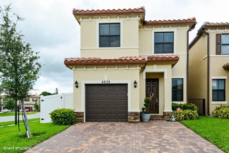 Maison unifamiliale pour l Vente à 4639 NW 58th Street 4639 NW 58th Street Tamarac, Florida 33319 États-Unis