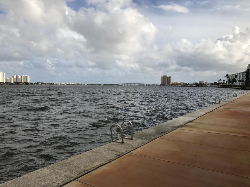 Additional photo for property listing at 510 Lake Shore Drive 510 Lake Shore Drive Lake Park, Florida 33403 États-Unis
