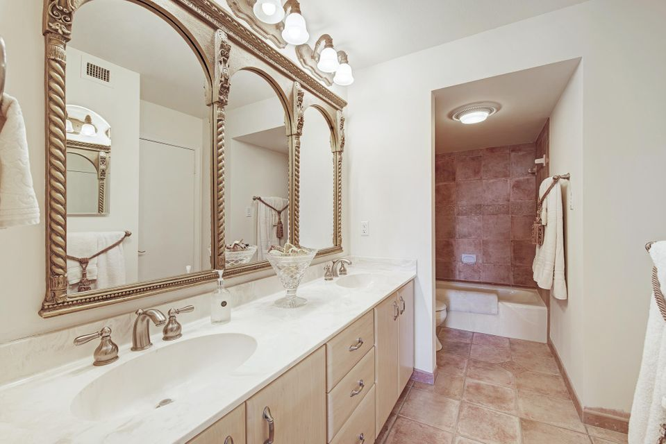 Additional photo for property listing at 5380 N Ocean Drive 5380 N Ocean Drive Riviera Beach, Florida 33404 États-Unis