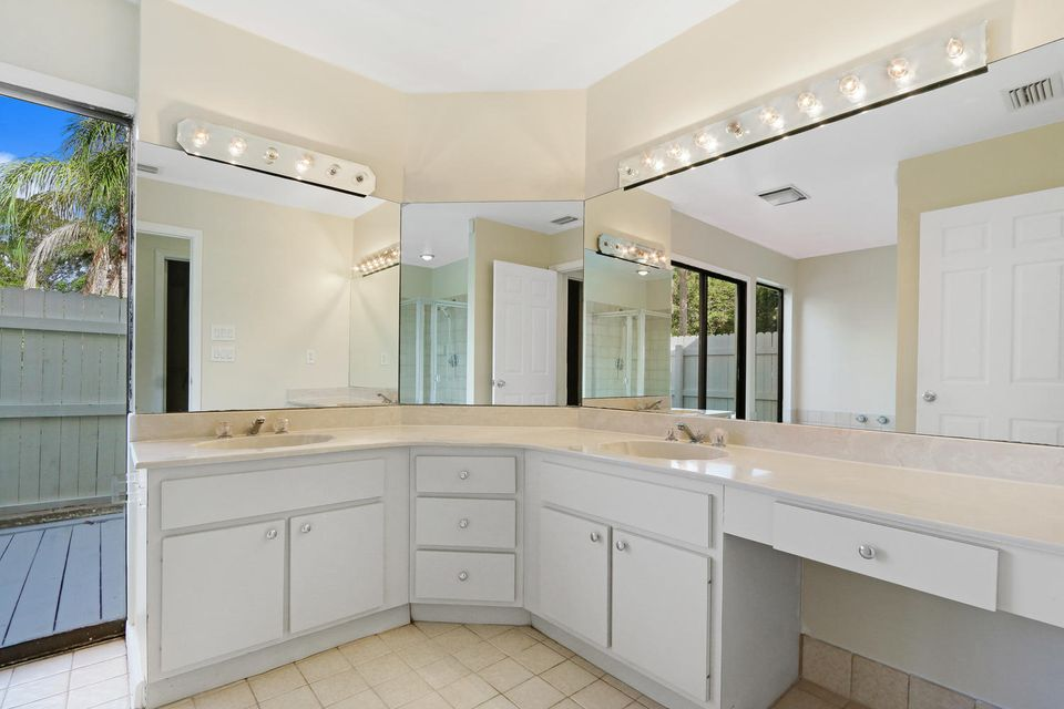 Additional photo for property listing at 11 Loggerhead Lane 11 Loggerhead Lane Tequesta, Florida 33469 Estados Unidos