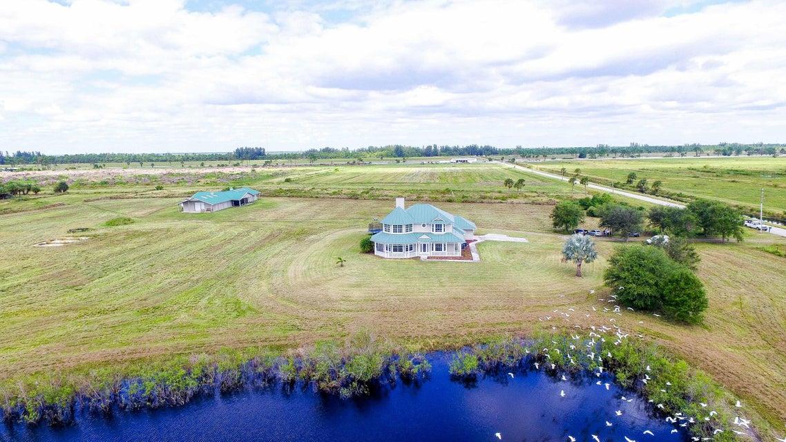 Maison unifamiliale pour l Vente à 13700 SW Groveside Drive 13700 SW Groveside Drive Indiantown, Florida 34956 États-Unis