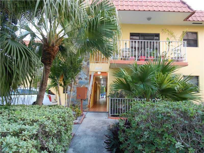 Co-op / Condominio por un Venta en 3522 NE 166th Street 3522 NE 166th Street North Miami Beach, Florida 33160 Estados Unidos