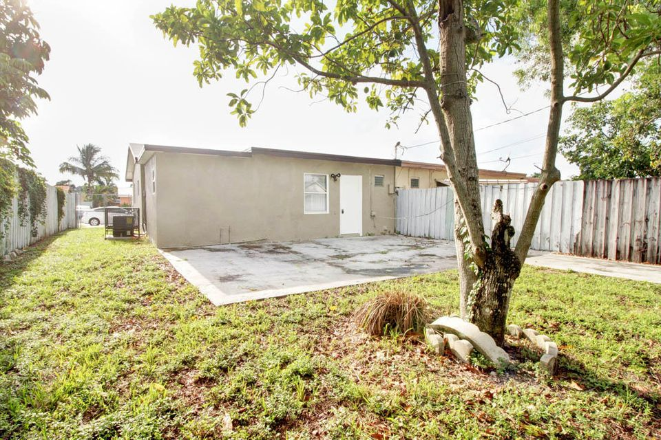 Additional photo for property listing at 4110 NW 39 Avenue 4110 NW 39 Avenue Lauderdale Lakes, Florida 33309 United States